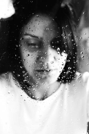 conceptuele portret van gewezen mishandelde jonge vrouw