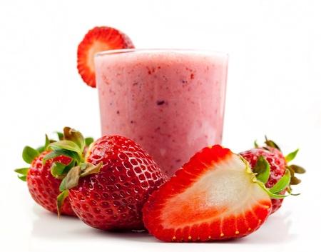 smoothies: batido de fresa saludable aislado sobre fondo blanco Foto de archivo