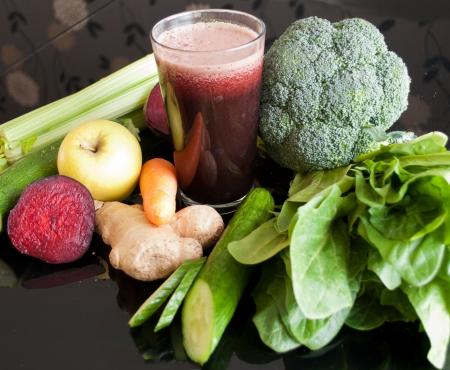 gezonde sap gemaakt van biologische verse groenten en fruit Stockfoto