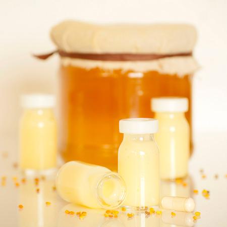 rauwe biologische koninginnegelei in een kleine fles