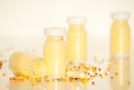 rauwe biologische royal jelly in een kleine fles