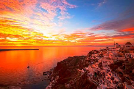로맨틱 하 고 아름 다운 석양을 가진 유명한 Oia 산토리니 그리스 스톡 콘텐츠