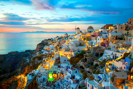 ロマンチックで美しい夕日で有名なイア サントリーニ島ギリシャ