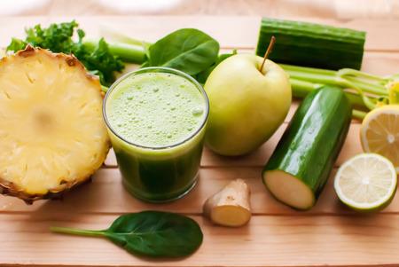batidos frutas: jugo verde org�nico saludable de desintoxicaci�n en la madera Foto de archivo
