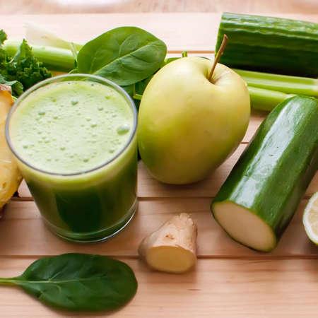 jengibre: jugo verde orgánico saludable de desintoxicación en la madera Foto de archivo