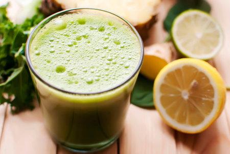 espinaca: jugo verde orgánico saludable de desintoxicación en la madera Foto de archivo