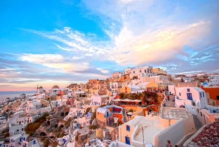Oia Santorini Griekenland beroemd met prachtige romantische zonsondergangen Stockfoto