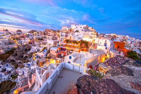 美しいロマンチックな夕日で有名なサントリーニ島イア ギリシャ 写真素材