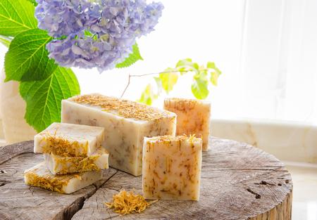 savon naturel à base de plantes à base de calendula et de thé à base d'huile à base d'huile d'olive et de beurre de cacao