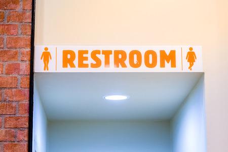 El hombre y la mujer usan el baño después de una deliciosa comida en la comida rápida. Lavabo limpio en el restaurante. Baño de acrílico signo de baño en la cafetería cafe. Hombres y mujeres lavándose las manos en el baño. Símbolo de inodoro.