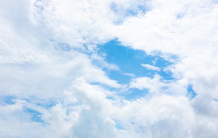 cielo blu chiaro con nuvole bianche sul bel tempo.cielo blu sulla luce del sole background.skyscape.cloudscape.beautiful vasto cielo blu e soffici nuvole con un po' di spazio.