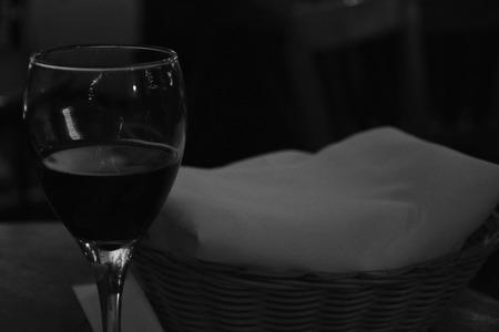 canasta de pan: copa de vino y una cesta de pan