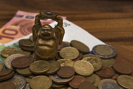 talismán: Talisman Netske billetes en monedas de Euro Hotei en una mesa de madera