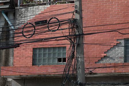通信: electrica power line & communications line in city