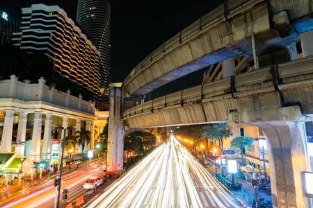 8 NOVEMBER, 2018 : BANGKOK, THAILAND - Long exposure night light at Ratchaprasong intersection (Siam) THAILAND 版權商用圖片 - 115892176