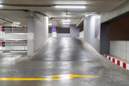 Espace de copie gratuit de parking de voiture. Banque d'images
