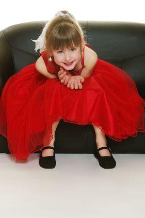 그녀의 글 래 머 샷을 위해 포즈를 취하는 빨간 드레스에 어린 소녀! 스톡 콘텐츠