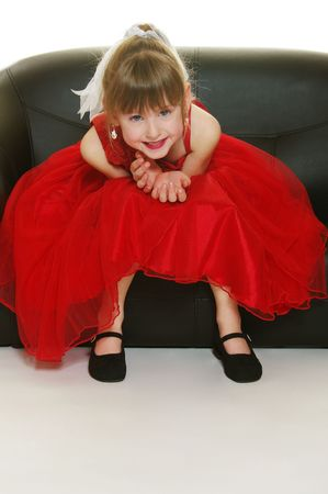 Een klein meisje in een rode jurk vormen voor haar glamour geschoten!