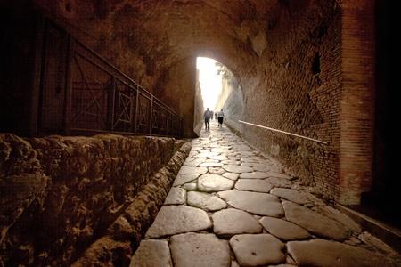 ポンペイの古代遺跡に通じるトンネルのイメージ。 写真素材