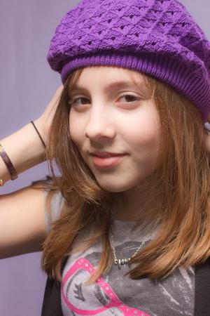 紫の帽子を着ている少女