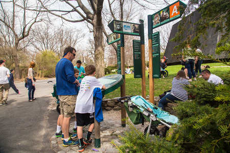 BRONX, NEW YORK - APRIL 14, 2014: View on Bronx Zoo with visitors viewing park map. Redactioneel