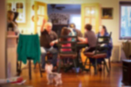 familia cenando: Estilo de la falta de definici�n de la cena t�pica familia americana en escena de la cocina Foto de archivo