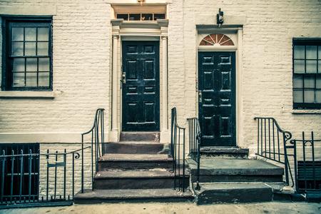 白い建物の黒いドア。 ニューヨーク市アーキテクチャの詳細