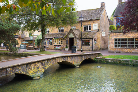 BOURTON-ON-THE-WATER, UK - OCTOBER 12, 2014: View of scenic Bourton on the Water in the Cotswolds. 新闻类图片