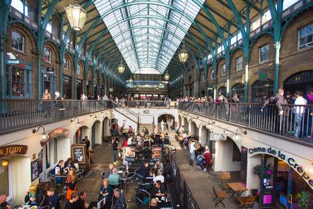 comida inglesa: LONDRES, Reino Unido - 10 de octubre 2014: Vista del edificio del Mercado en el Covent Garden de Londres.