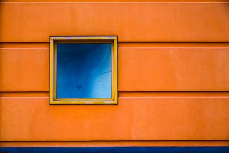 naranja color: Geometric orange building with blue window