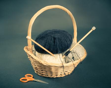 Cestino di lavoro a maglia con filati e aghi Archivio Fotografico - 45529082