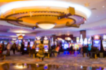 tragamonedas: Casino Resort desenfocado con máquinas tragamonedas y las personas Foto de archivo