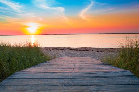 playas tropicales: camino de la playa de madera de la arena y el mar al atardecer Foto de archivo