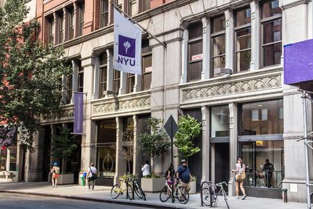 DE STAD VAN NEW YORK - SEPTEMBER 13, 2013: Straatmening van New York Universitaire NYU in het Dorp Manhattan van Greenwich. Stockfoto - 63346098
