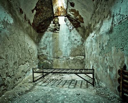cellule prison: Lit bébé en cellule vide de la prison en ruine à Eastern State Penitentiary
