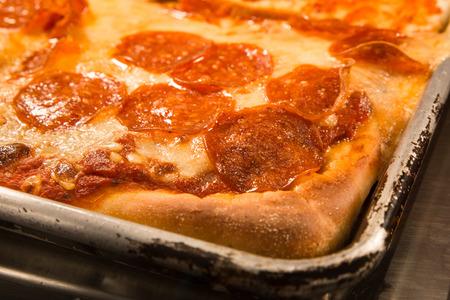 おいしい本格的なニューヨーク スタイル シチリア パン ペパロニのピザ