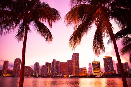 De horizon van Miami Florida en baai na zonsondergang