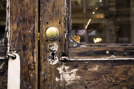 Old wooden door and knob closeup Standard-Bild