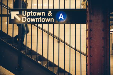 ヴィンテージトーンとニューヨーク市地下鉄駅記号 写真素材