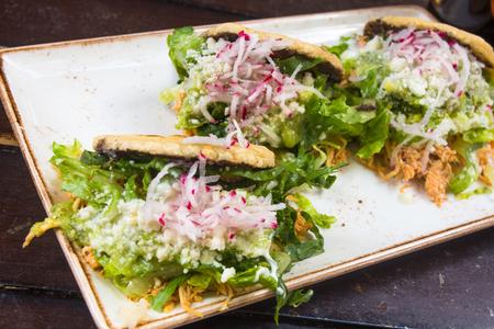 グアカモーレとチキントスタダのメキシコ料理