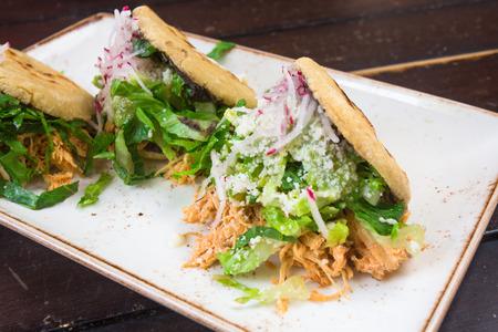鶏 tostada とワカモレのメキシコ料理