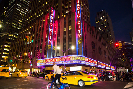 NEW YORK CITY - 28. SEPTEMBER 2017: Ansicht der beschäftigten Nachtstraßenszene außerhalb Radio City Music Hall auf sechster Allee in Midtown Manhattan. Standard-Bild - 91324190