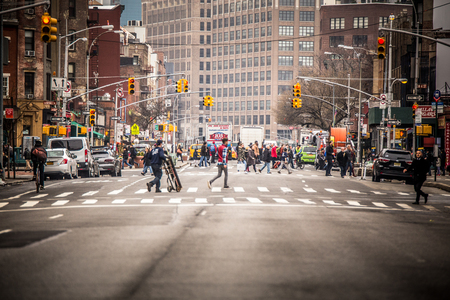 NEW YORK CITY - 29 MARZO 2018: Scena di strada di New York City Manhattan con auto raffiguranti la vita della città in un tipico pomeriggio nei giorni feriali Editoriali
