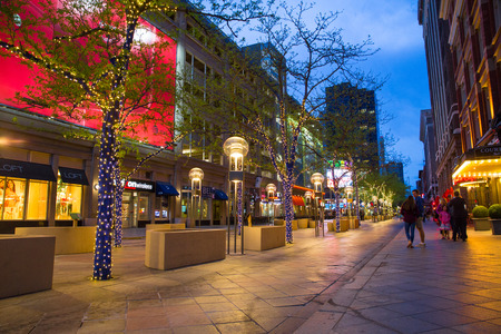 DENVER, COLORADO - MAY 1, 2018:  Street scene along the 16th Street Mall in downtown Denver Colorado at night with lights and people in view Redactioneel