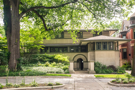 OAK PARK, ILLINOIS - JUNE 25, 2018:   Street view of the The Frank Thomas Home designed by renowned architect, Frank Lloyd Wright. 에디토리얼