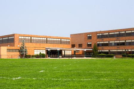 Vista del exterior del edificio escolar típico estadounidense