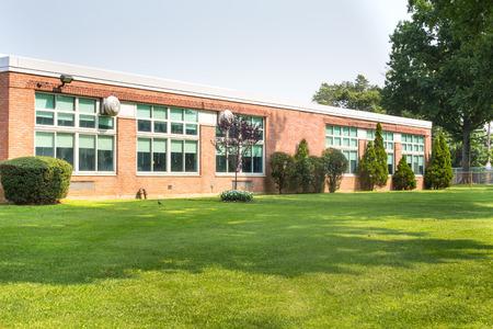 Uitzicht op de buitenkant van de typische Amerikaanse schoolgebouw Redactioneel