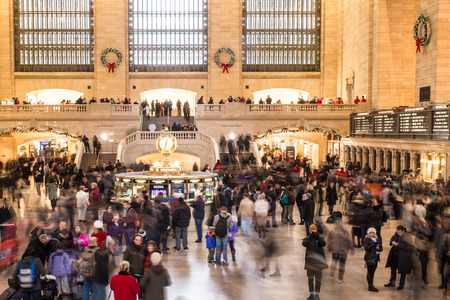 NEW YORK CITY - DECEMBER 17, 2017:  View of the inside of Grand Central Station Terminal in Manhattan at holiday time with crowd of people Редакционное