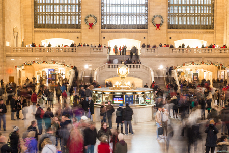 NEW YORK CITY - DECEMBER 17, 2017:  View of the inside of Grand Central Station Terminal in Manhattan at holiday time with crowd of people 에디토리얼