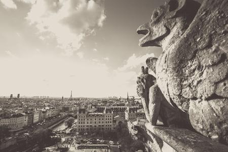 Gargouille de la cathédrale Notre-Dame surplombant la ville de Paris avec un effet rétro vintage